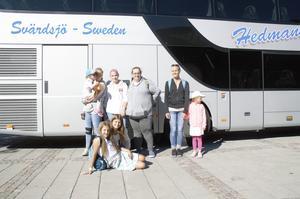 Förväntansfulla resenärer inför avfärd mot Furuvik. Till höger: Kristina Roos och hennes dotter Jasmin.