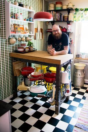 Joakim Nordströms kök är en riktig retrodröm med Bersåtapeter, schackrutigt golv och starka färgklickar. Köksön har Joakim byggt själv.