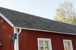 Taket är gammalt, och ibland läcker det in.