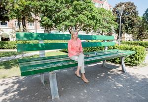 Kristdemokraternas partiledare Ebba Busch Thor provsatt Open art-parkbänken i Henry Allards park under besöket i Örebro.