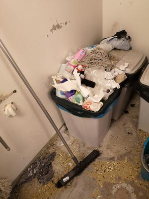 Signaturen En trött hyresgäst är inte nöjd med hyresvärden i Sätra. Så här ser det ut i tvättstugan. Foto: Privat