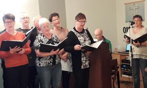 """Marianne Skoglund sjunger solopartiet i """"Andetag"""", en relativt ny sång av Sara Öhlén och Pelle Nordlander."""