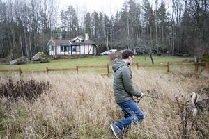 Huset ligger nära skogen i Smara i Edsbro. En oktoberkväll när Elias Eriksson skulle rasta sin hund Lexie, såg han en björn stå vid staketet .  – Jag har aldrig sett björnen tidigare och plötsligt var den nere i bostadsområdet. Jag kan tänka mig att den blev skrämd från skogen av jägare, säger han.