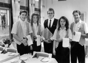 Livsmedelstekniska linjen årskurs 2 1990 klara för lunchservering. Från vänster: Anders Wengborn, Katarina Boden, Dan Wahlgren, Bodil Nöjdberg, Mats Nilsson.