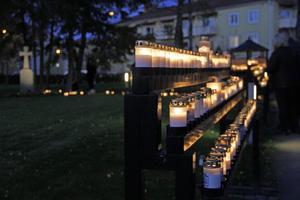 Ljusstativen och skåpen i minneslunden i Köping fylldes snabbt i skymningen.