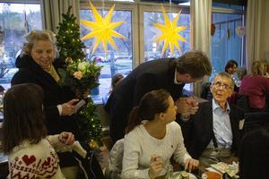 Omvårdnadsnämndens ordförande Anders Ramstrand (KD) gratulerade tillsammans med Birgitta Löjdström, verksamhetschef för omvårdnadsförvaltningen, från Söderhamns kommun.