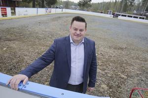 Området vid Idrottsvägen 1 är en given samlingsplats för många i Harnäs, inte minst vintertid, konstaterar Andreas Byrén. Inom snar framtid ska grusplanen som utgör underlaget i hockeyrinken ersättas med asfalt.