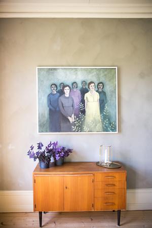 En vacker målning av konstnären Elin Folkesson från Årsunda pryder en av väggarna.
