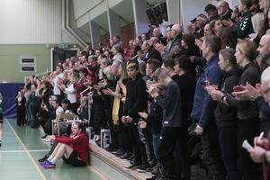 Fullsatt och festligt när hemmapubliken i Alfta sporthall firade seriesegern i sista seriematchen i division 2. Nu får de trogna följa sitt lag i Edsbyn i stället.
