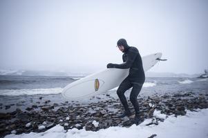 David Kantermo kämpar i motvind men trivs i vågorna på Kallsjön.