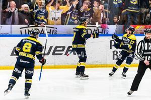 Didrik Strömberg firar det viktiga 4-3-målet i upptakten av den tredje perioden.