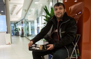 Sedan några dagar tillbaka har den bulgariske familjefadern Stefan erbjudit besökare i en av Faluns gallerior att putsa deras skor.