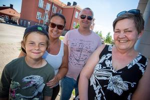 Albin Leanders, 10 år, väntade med spänning på paraden tillsammans med mamma Anna Leanders, pappa Benneth Leanders och Karin Lind.- Det här är bra, jag gillar det säger Albin.