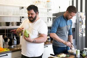 Krille Jonsson fick ta hand om spetskålen, medan Magnus Lampert förberedde tonfiskröran.