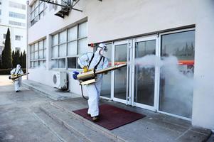 En arbetare desinfekterar en kontorsbyggnad i Qingdao i Shangdonprovinsen.