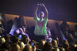 Felix Sandman vandrade ut i publiken och var uppenbart nöjd med gensvaret.