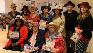 Skövdes S-kvinnor firande 100 år av demokrati med hattar eftersom just hattar används som argument mot att kvinnors demokratiska rättigheter.