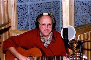 Gitarren har följt med Curt i olika sammanhang. Här spelar han in sina sånger till