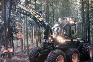 En Ösa 260/706 skördare i aktion ute i skogen år 1984. Foto: Ösa-museet
