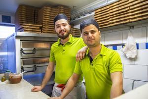 Dalen Salaimah och Riad Hussein fixar pizzorna på Maxim i Alfta.