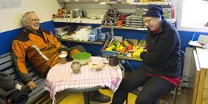 Jonny Nord och Lena Bohlin är två av  Arholmas bofasta invånare som på lördagseftermiddagen fick tillbaka strömmen efter elva dygn utan.