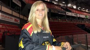 Ny toppspelare klar för Brynäs. Lara Stalder drog på sig Brynäströjan för första gången på måndagen.