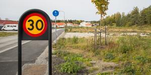 Marken som Nybo vill bygga flerfamiljshus på ligger längs Mejselvägen, vid infarten till villaområdet.
