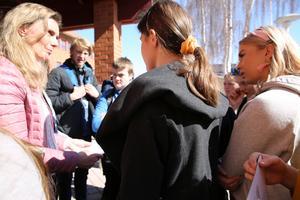 Rose-Mari Bogg, ordförande i för-och grundskolenämnden mötte flera hundra demonstrerande högstadielever utanför kommunhuset i Mora.