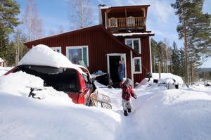 """James och Emelies hus i Meåfors är en del av kooperativet och kollektivet Skogsnäs och har det passande namnet """"Älgtornet"""". Foto: Sara Adelhult."""