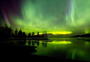 """3. """"Norrskensnatt"""" av Anita Östlund. Norrskenet sprakar över Bergviken i senaste oktober med ett skimrande böljande färgspel  och stjärnhimlen därbakom."""