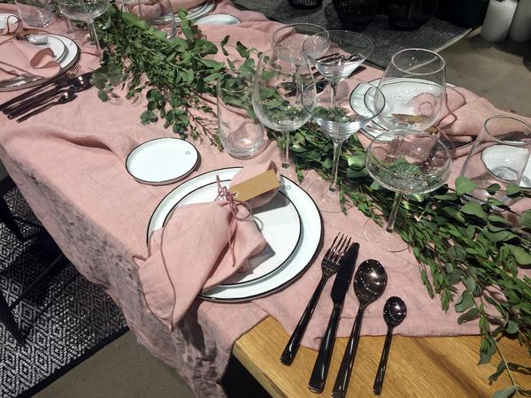 Slarvigt utslängda linnedukar såg vi på flera håll, här i rosa med matchande servetter. Som servettringar har snören använts. Rosa var en återkommande färg på mässan. Gärna lite åt det smutsrosa hållet.