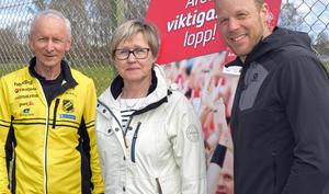 Arrangemangsledare Mats Mårtensson, Leena Andersson från Blodcentralen och loppets ambassadör Daniel Tynell.