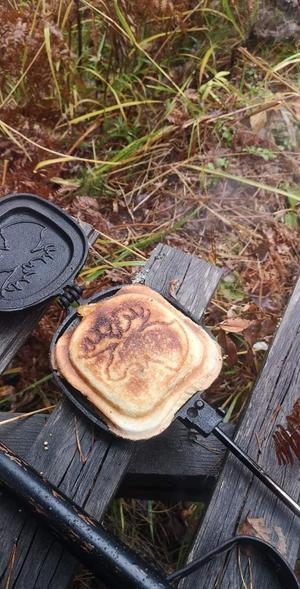 Magnus Sanna äter passande lunch på passet norränge flästa jaktlag Foto: Lola Sanna