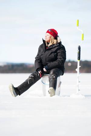 Bättre väder kunde de inte ha fått. Knappt 400 personer kom för att delta i årets Kougstapimpel och även om fisket inte gick bra för alla så var stämningen på topp. Monika Johansson från Frösön var en deltagarna och passade på att kombinera fisket med att lapa sol.