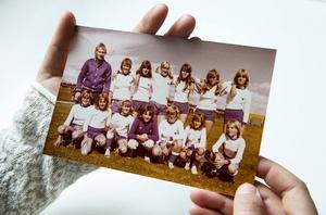 Opes flickor födda 1962 och senare. Översta raden från vänster; Lars Norén, Karin Fridell, Åsa Dalfrén, Eva Pettersson, Carina Håkansson, Lena Jansson, Tina Janson.    Nedre raden från vänster; Susanne Westerberg, Lena Nilsson, Ingela Haag, Christel Karlsson, Marine Repfennig, Carina Ringdahl och Susanne Paulsson.