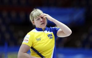Neeeeeej, hur kunde det hända. Det så starka svenska curlinglaget missade båda chanserna att ta sig till final under fredagspasset i Löfbergs Lila Arena. Nu väntar spel om brons istället.