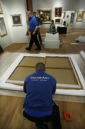 Varsamt slog konsttransportörerna in tavlan. Den lades sedan i en trälåda och kördes till Stockholm.