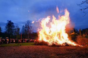 Brasa. Kvällen var kylig och många passade på att värma sig vid brasan på Tunaåstrand.