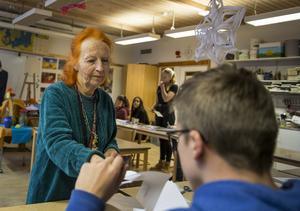Elisabeth Cardell låter eleverna göra egna julstjärnor som de kan hänga upp i ett snöre.