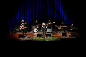 Kikki Danielsson med hela bandet på scen.