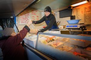 Berit Persson handlar varje vecka av fiskbilen. Hon gillar inte att Anna-Karin Holmberg slutar med fiskförsäljningen.