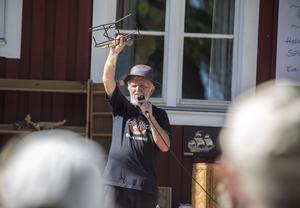 Evert Hellman är en erfaren auktionist och höll i både mikrofon och auktion under marknaden.