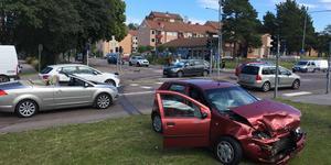 Ena bilen hade fått stora plåtskador i fronten.