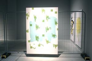 Jakob Ojanens målningar ställs ut tillsammans med ett byggstängsel och är tänkta att föra tankarna till skyltar och billboards i stadsrummet.