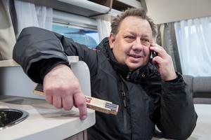 Patrik Lundman och hans kollegor är inte rädd att våga prova nya saker, i ett av utrymmena vinterlagrar de privatpersoners robotgräsklippare.