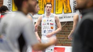 Sebastian Lindkvist fortsätter sin karriär i Köping Stars. Nu blir det spel i Basketligan.