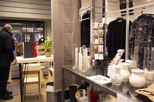 Halva butikslokalen är nu marknadsplats. I den andra halvan öppnade klädbutiken Boutique Into under måndagen.