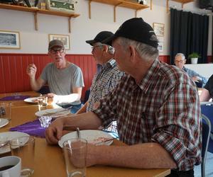 Sven Hedberg, Tommy Wedin och Torgny Apelgren diskuterade världsproblemen. Läsarbild: Per Persson.