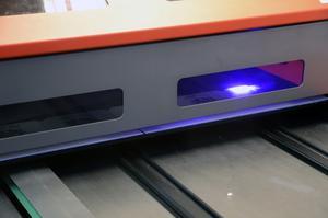 Med hjälp av UV-ljus är produkterna färdiga och torkade direkt.