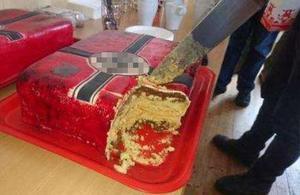 Tårtan med hakkors intogs under ett möte arrangerat av Nordiska motståndsrörelsen. Bilden är en pixlad skärmdump från en av nazistiska NMR:s medlemmars sociala medier.